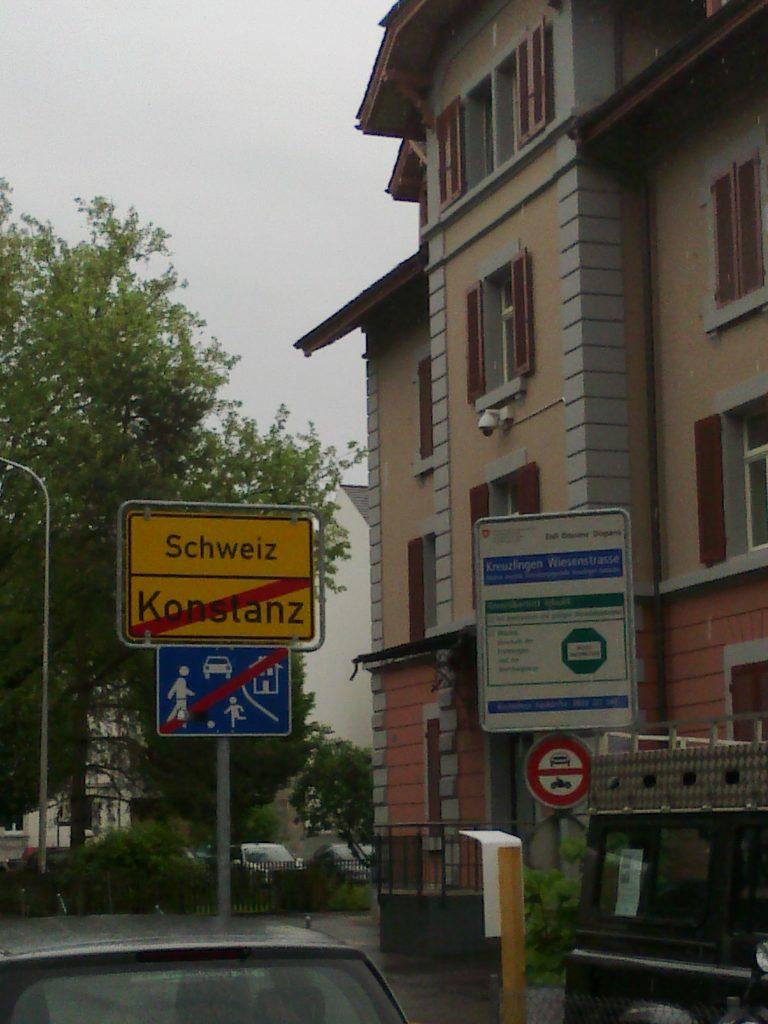 Grenzübergang. Ohne Schilder nicht zu bemerken.