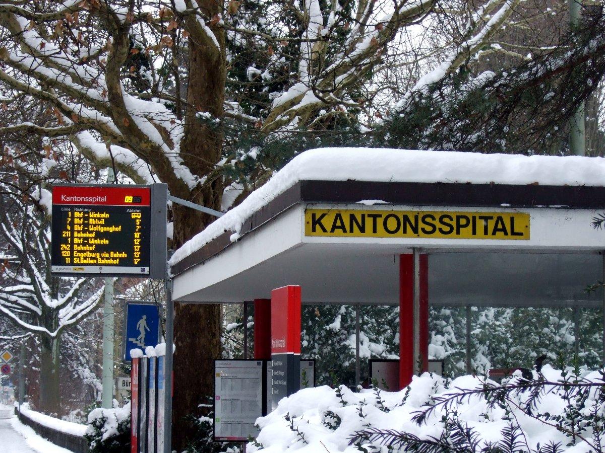 Der Trolley kam gerade, als ich an der Haltestelle angekommen war. Schnee hat's auch.
