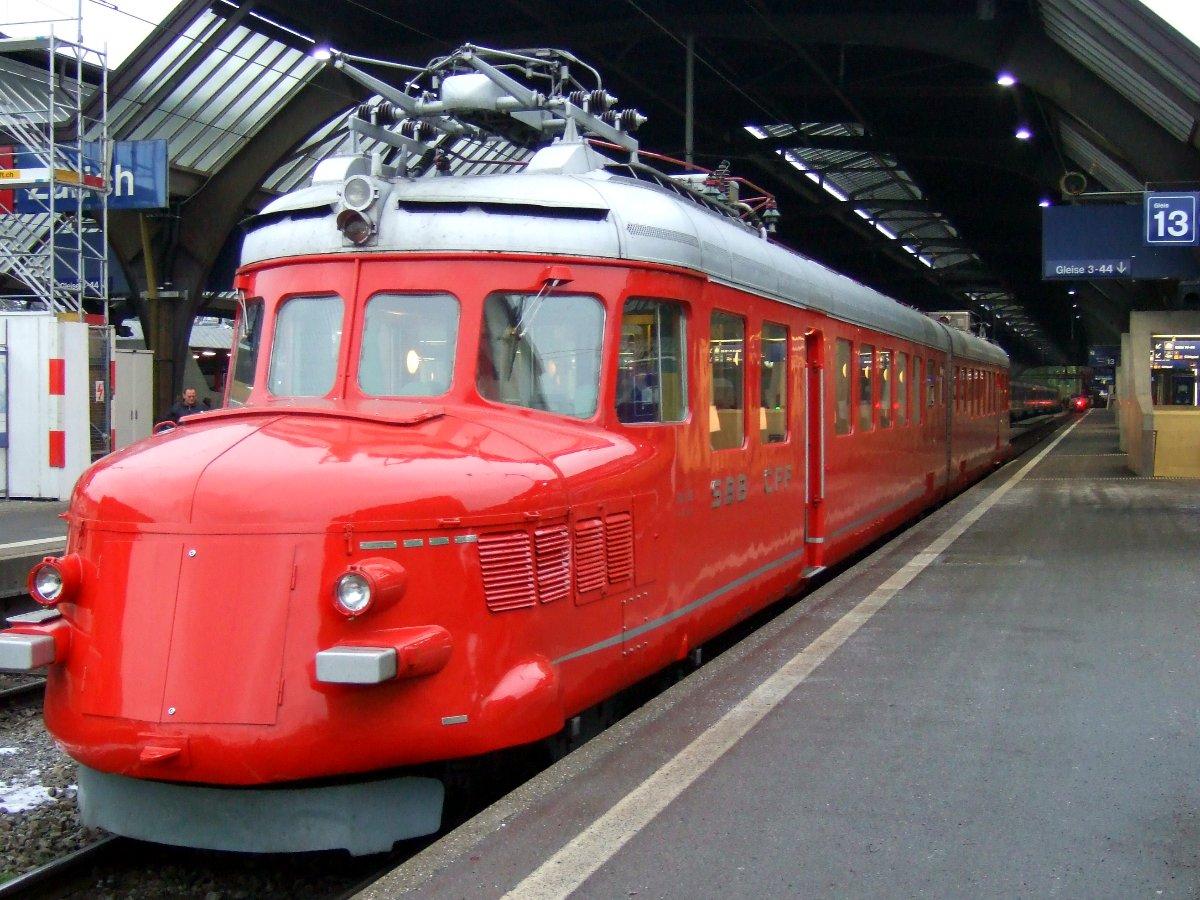 Der Rote Pfeil auf Gleis 13 in Zürich HB.