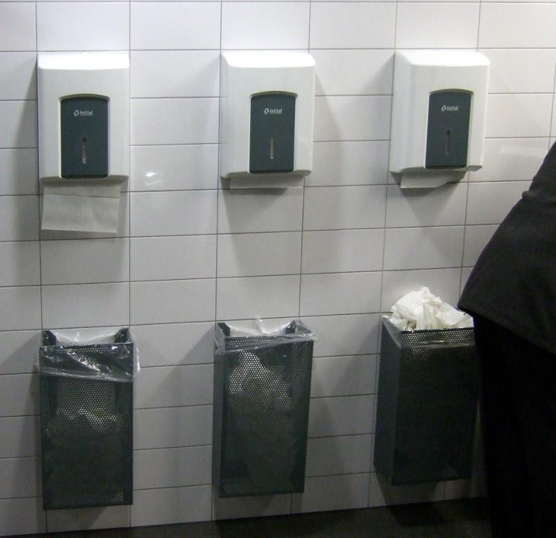 ZRH, Herrentoilette bei A-Gates, Papierverteilung
