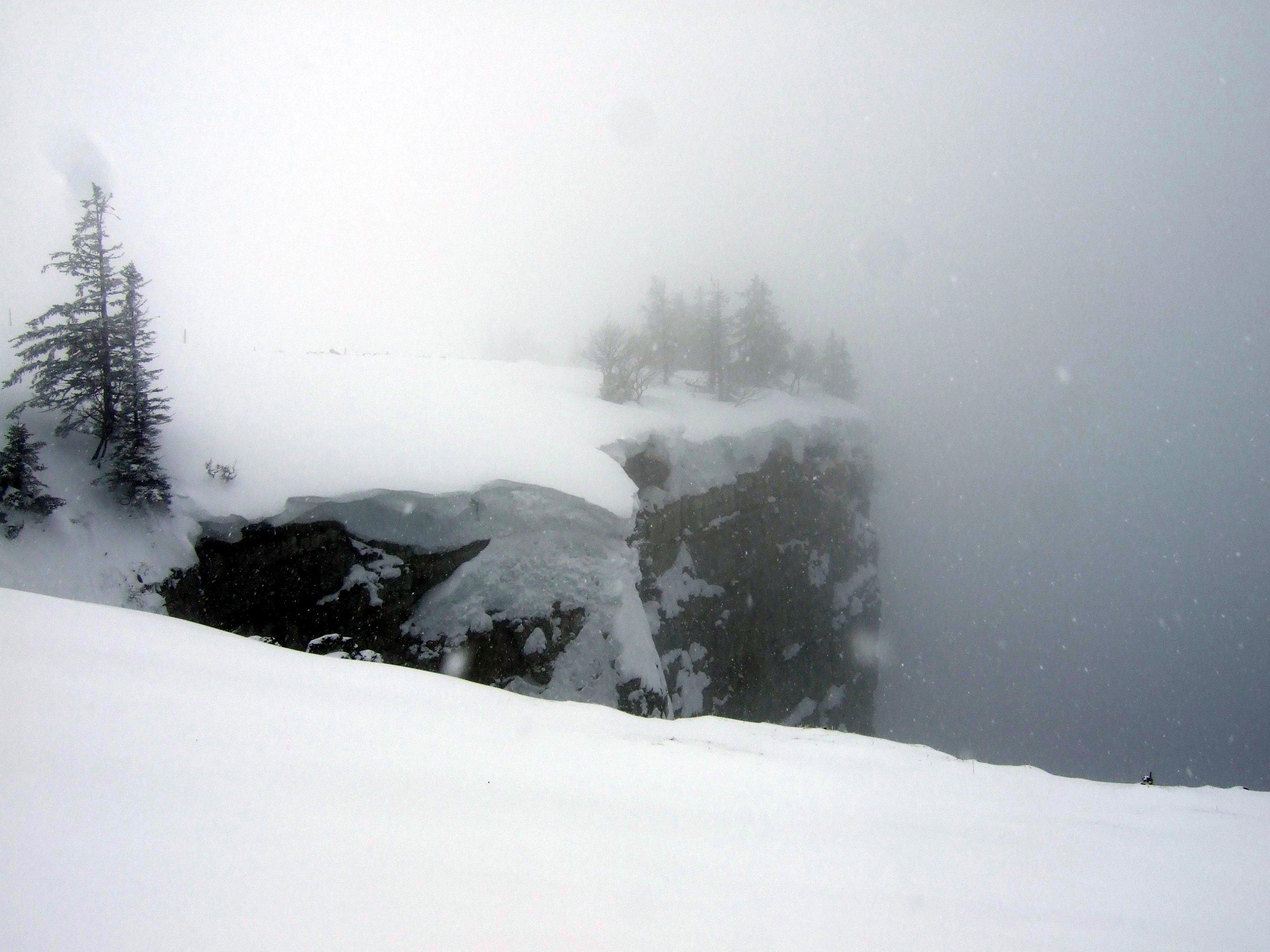 Quasi null Sicht, aber man kann steile Felswände erahnen.