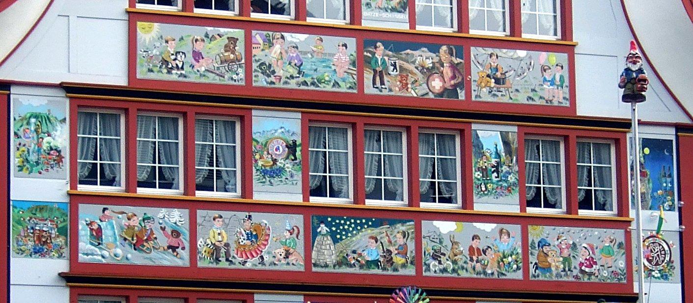 Farbig verzierte Fassaden.