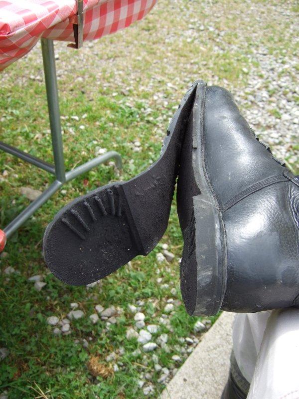 Sich ablösende Schuhsohle. Nach fünfzehn Jahren kann Kleber schon mal versagen.