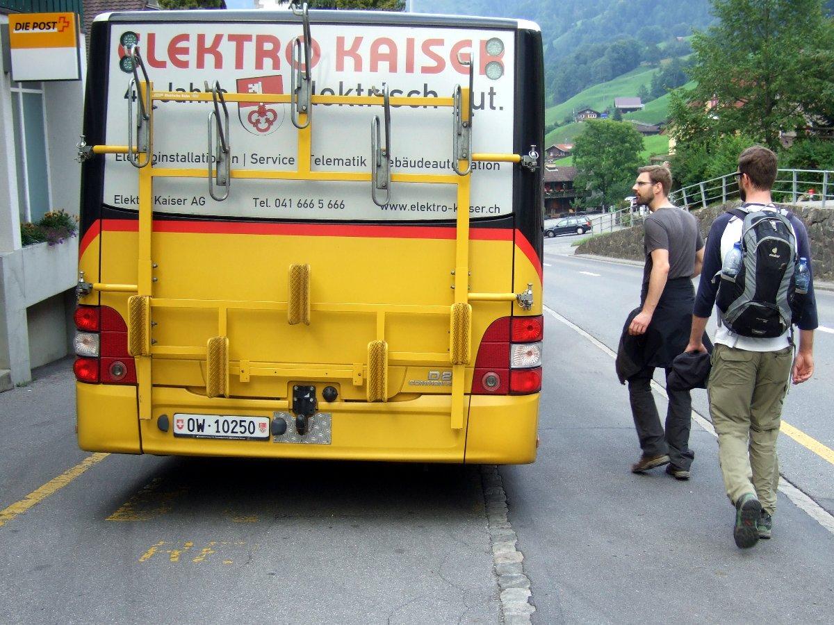 Das letzte Postauto des Abends in Melchtal, inklusive Velohaken.