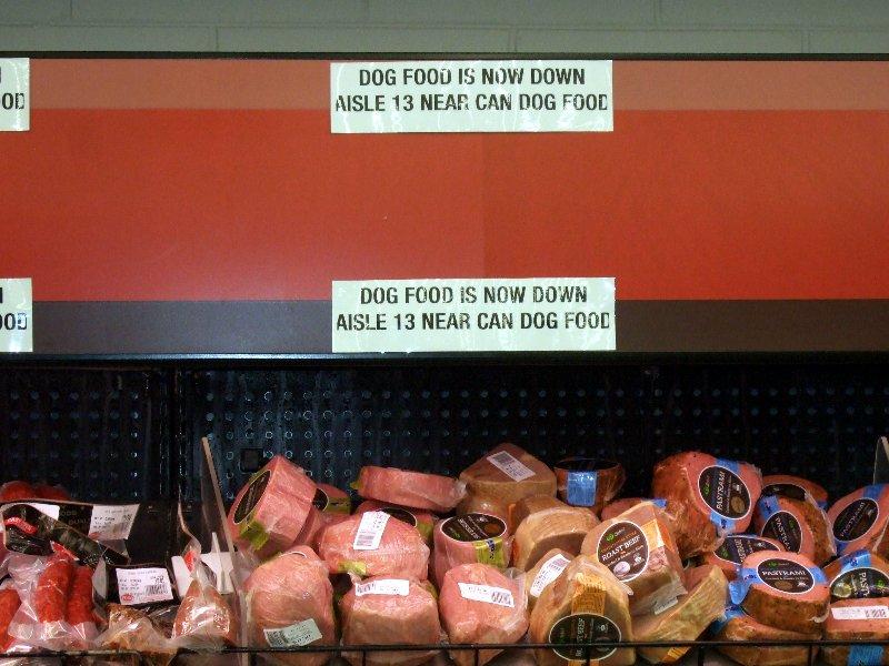 Da scheint wohl das Hundefutter im Zuge der fortschreitenden Optimierung der Supermarktregale fortgewandert zu sein.