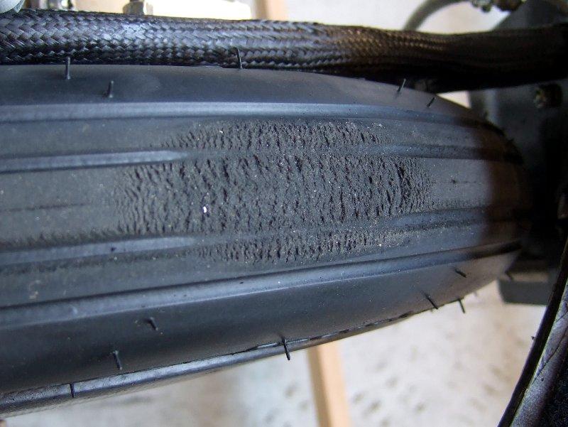 Teilweise plattgebremster Reifen.