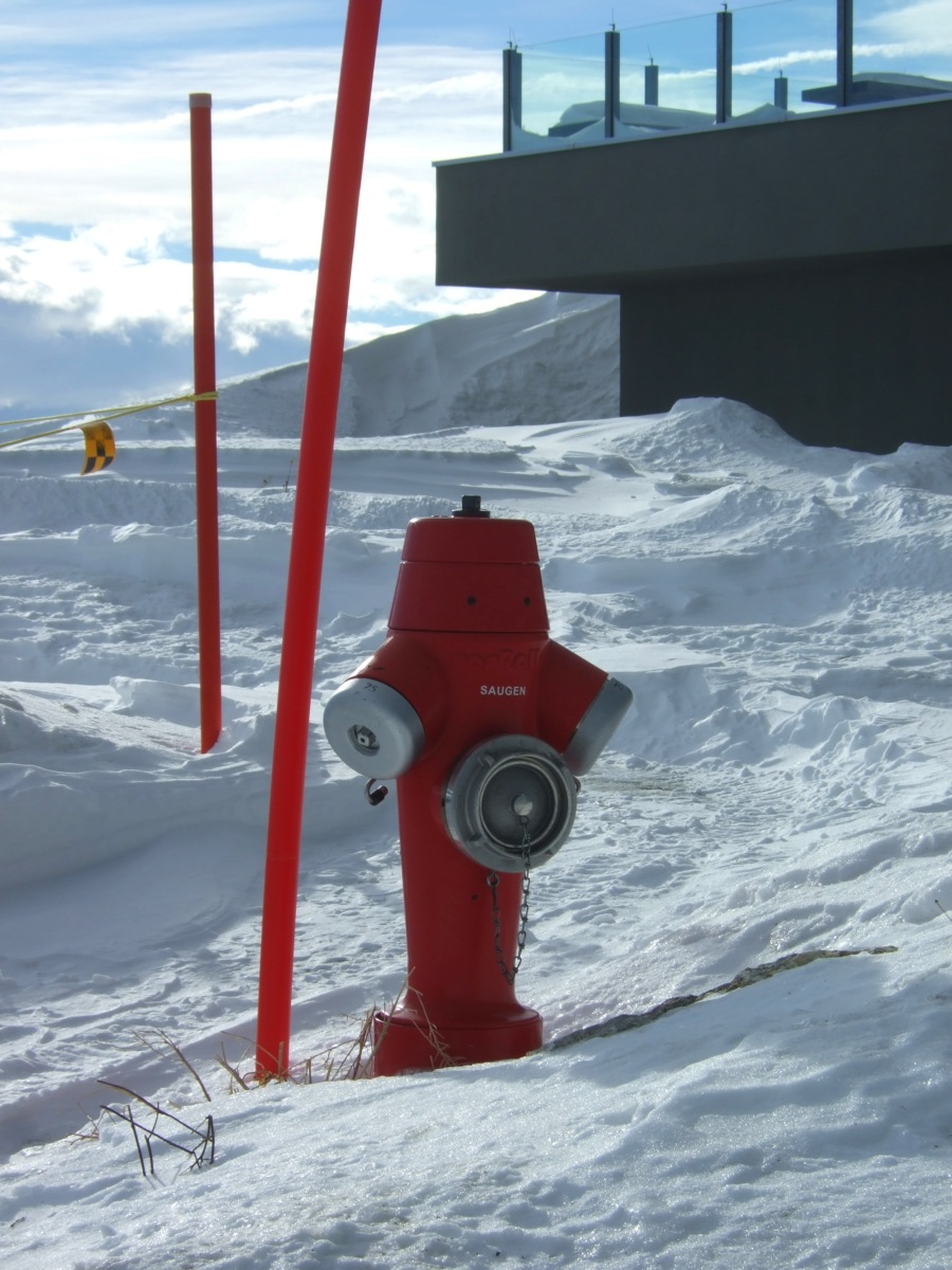 Ein fetter roter Hydrant in der Sonne. Ich glaub, wenn man da Wasserdruck haben möchte, muss man sich dem Hydrant'schen Imperativ beugen.
