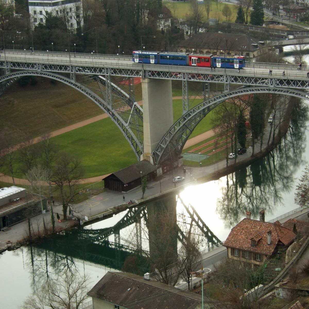 Aare/Fluss und Tram.