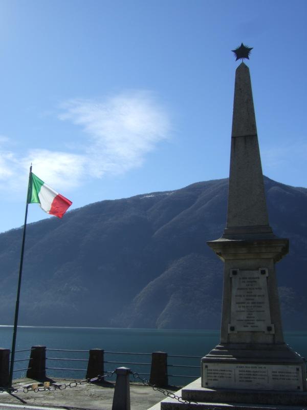 An der schlechten Strasse hatte ich schon bemerkt, dass ich nicht mehr in der Schweiz war, aber die Fahne hat's dann auch bestätigt.