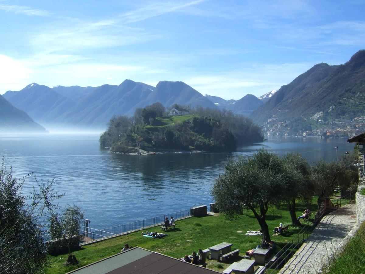Die Isola Comacina im Comer See. Das würde ich von der Entfernung wohl noch mit Schwimmen schaffen.