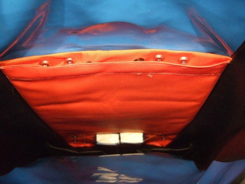 Grosse obere und kleine untere Tasche (Taschentuchpackungen).