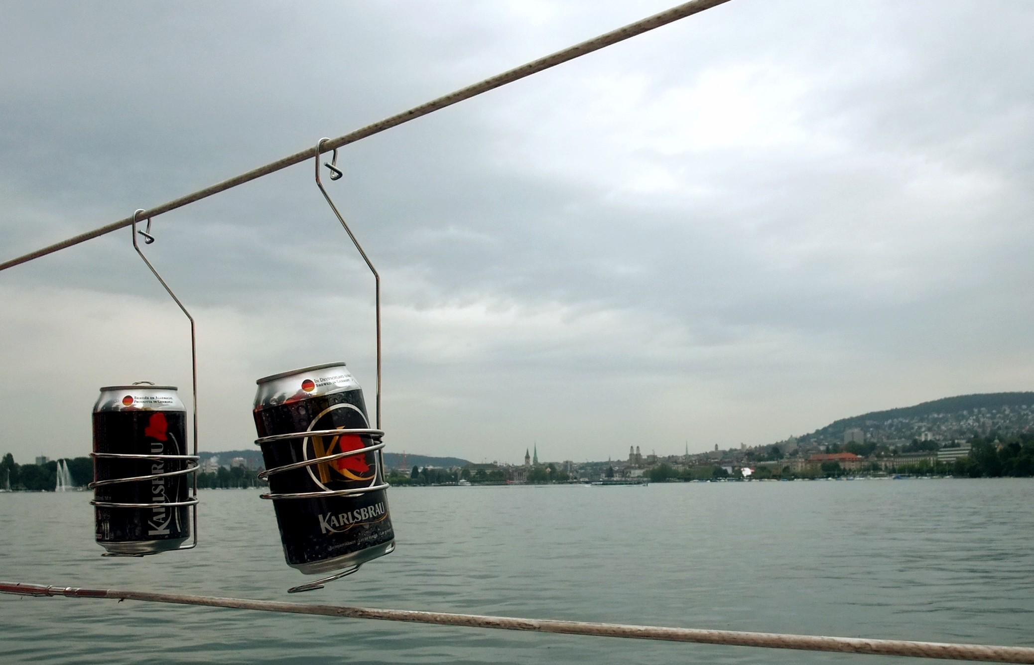 Begleiterscheinungen des Segelns. Deutsches Bier auf dem Zürichsee, pfui.