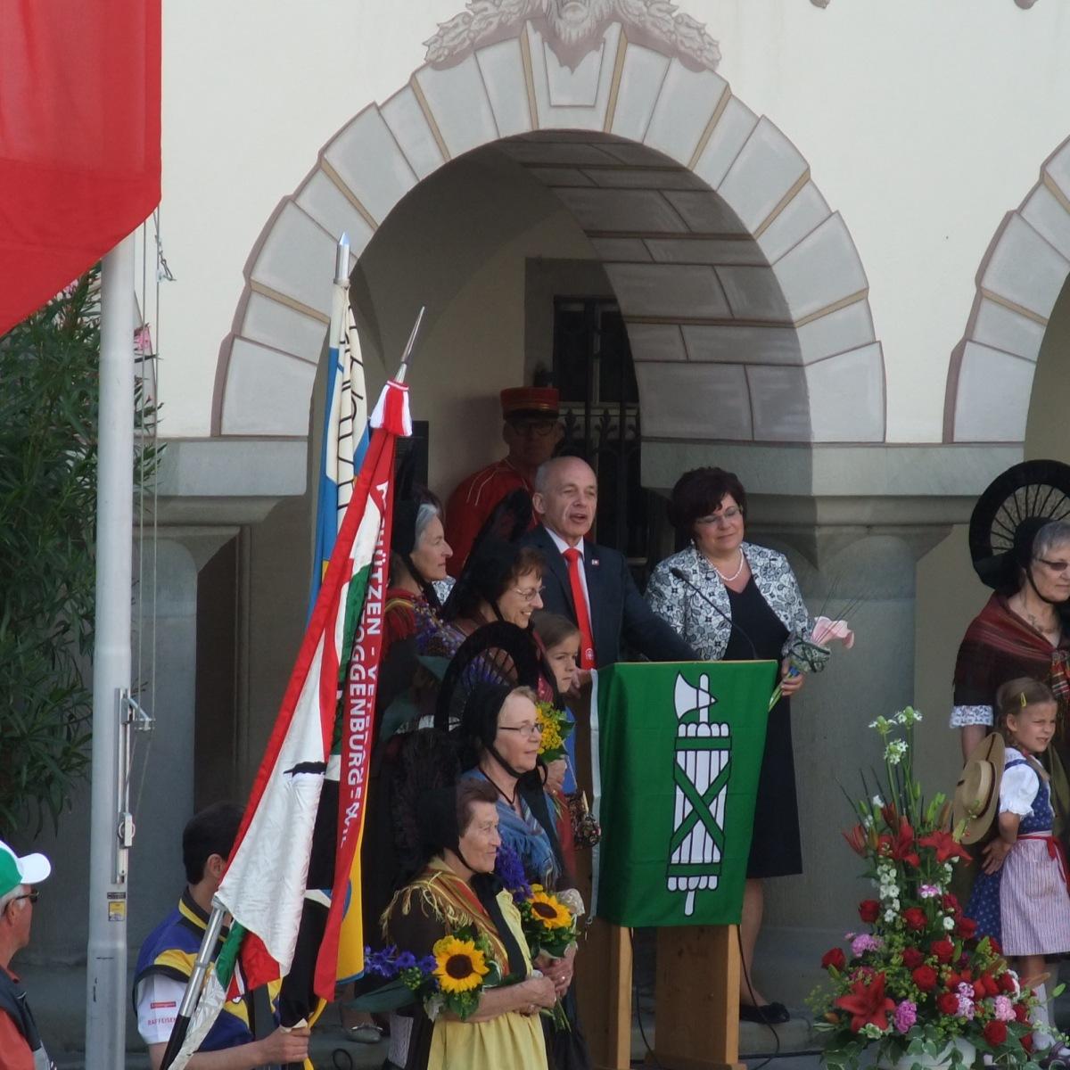 Der Bundes-Ueli vorm Baronenhaus.