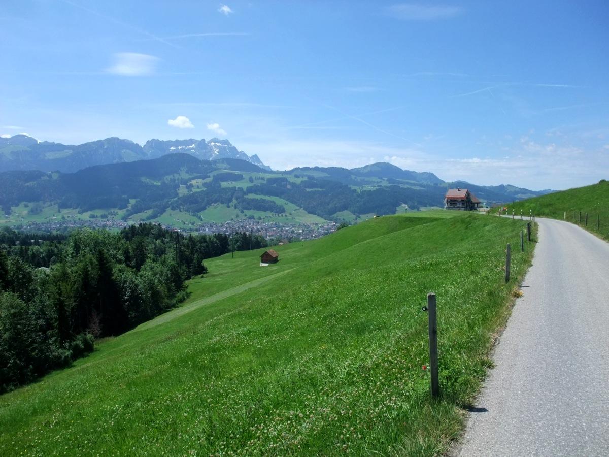Am Sonntagvormittag bis -mittag folgte die kleine Rundtour durchs Appenzellerland, hier Appenzell selbst vor dem Säntis.
