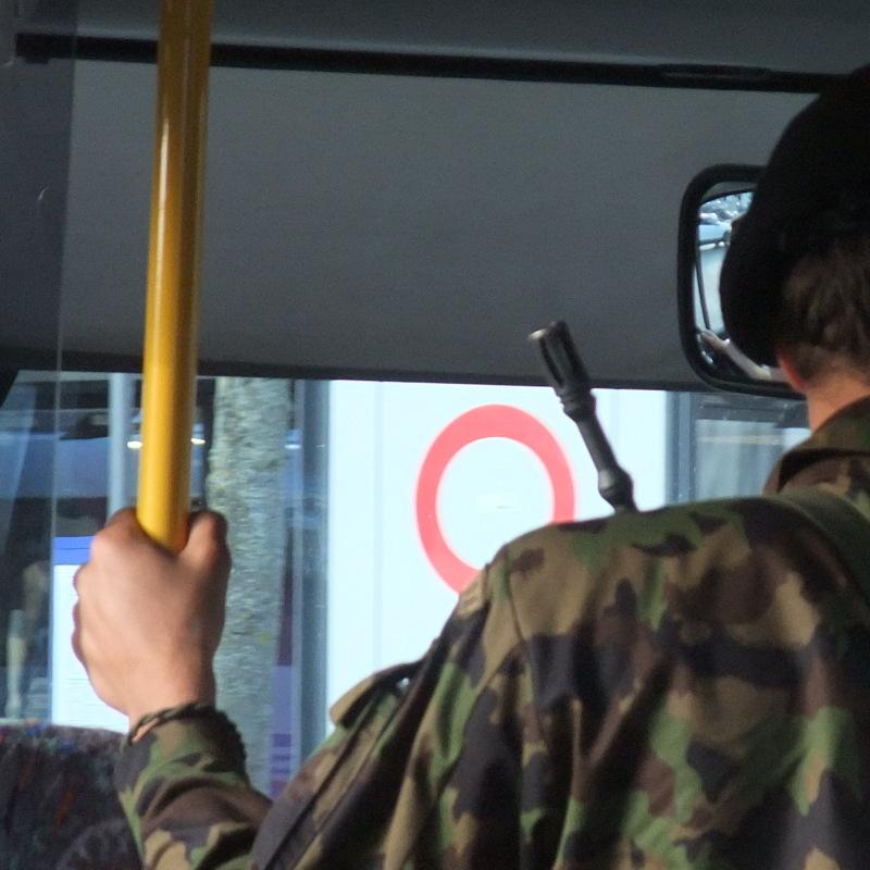 Gewöhnungssache: Militärangehörige mit Gewehr im ÖV.