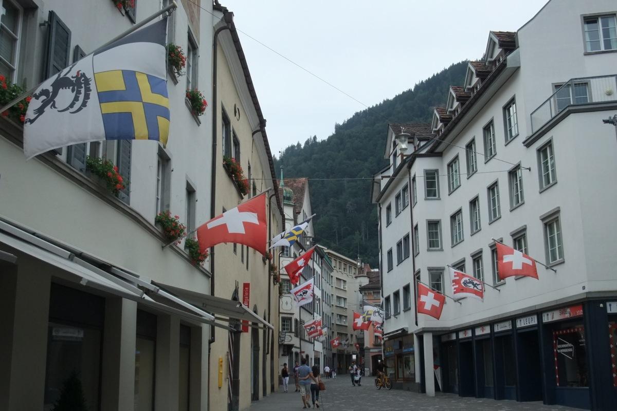 Chur Innenstadt, ziemlich viele Flaggen da.