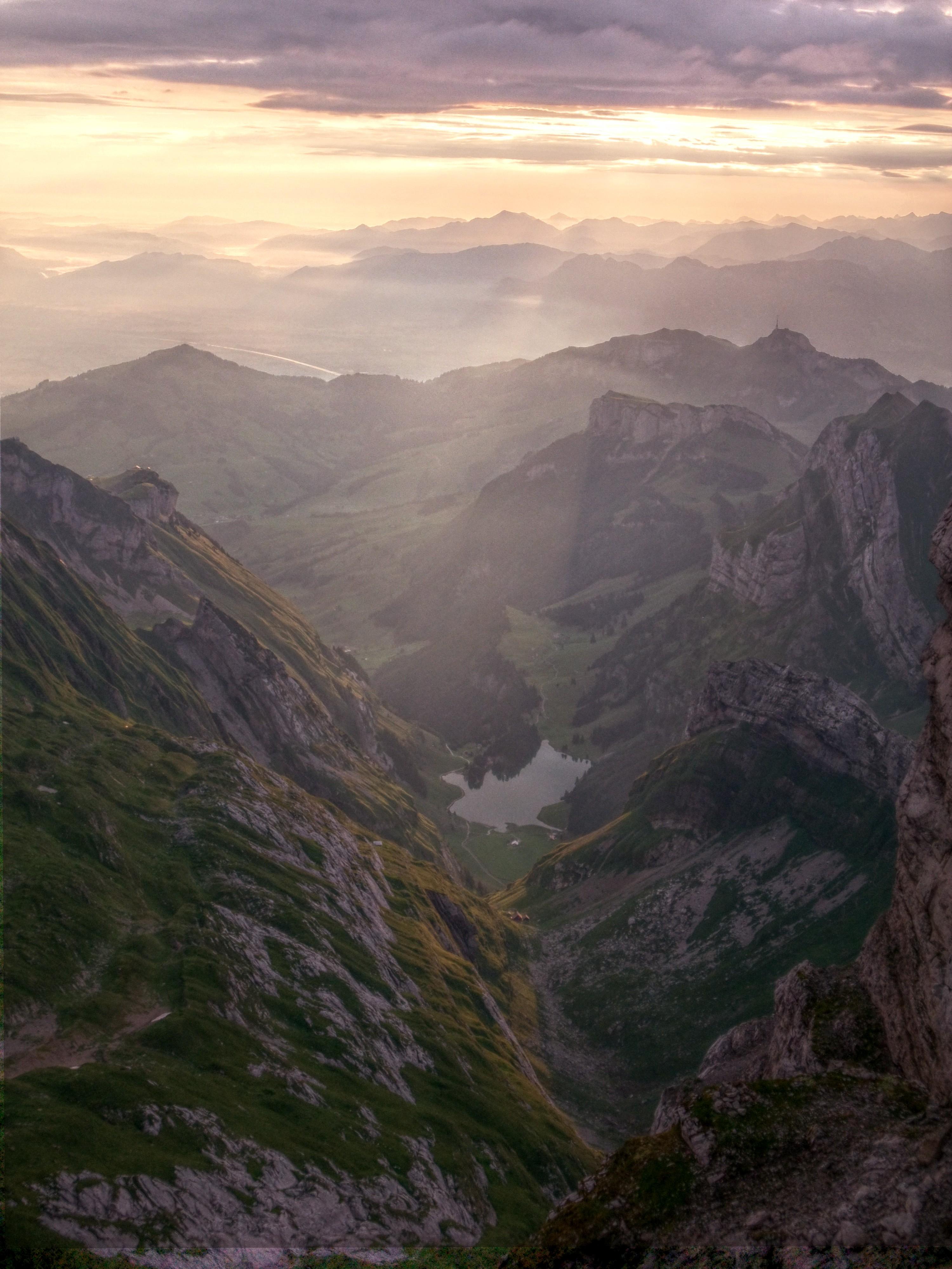 Der Seealpsee in der Mitte, ganz hinten irgendwo das Rheintal, dahinter Österreich.
