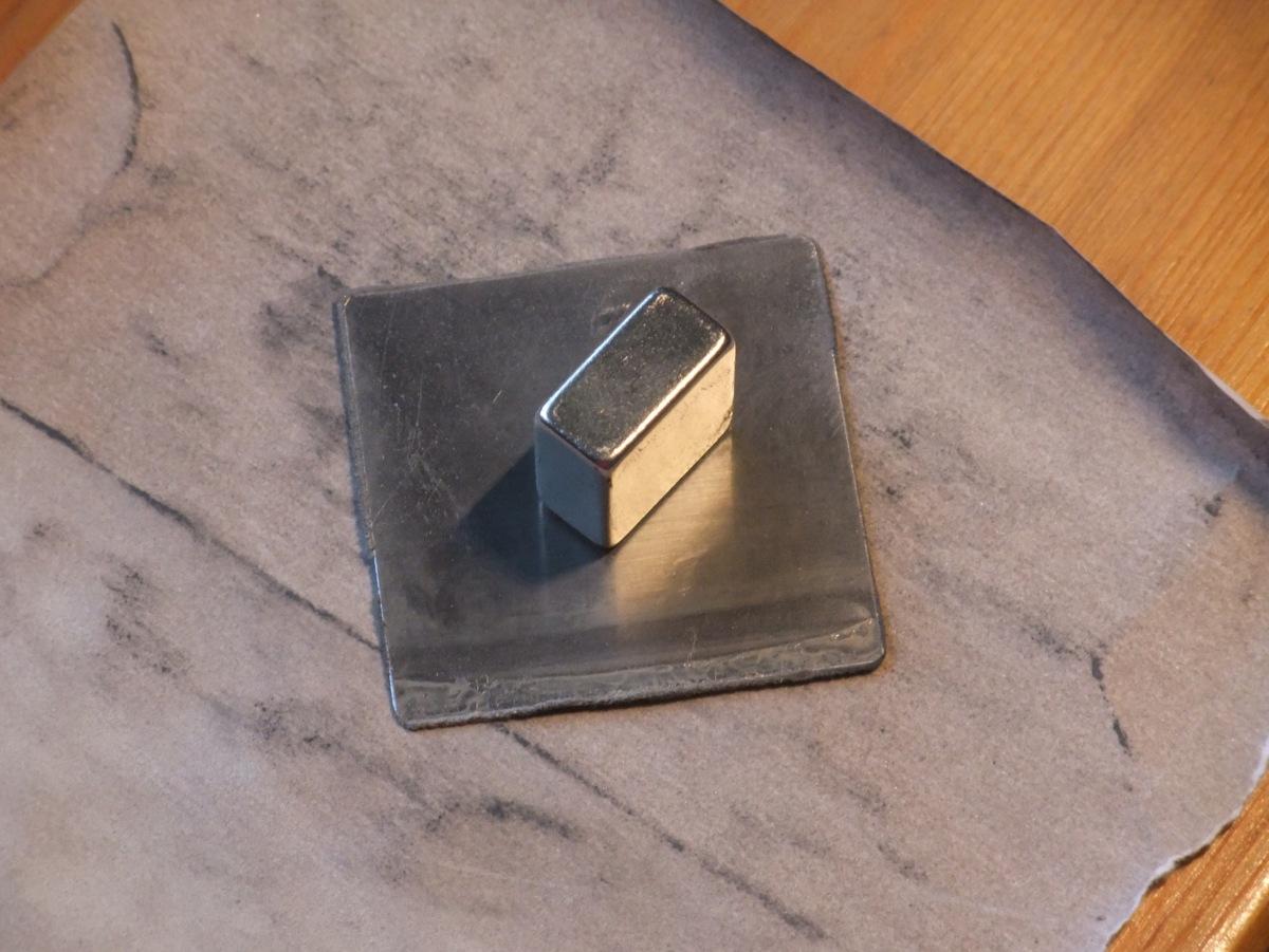 Abschleifen des quadratischen Blechstücks.