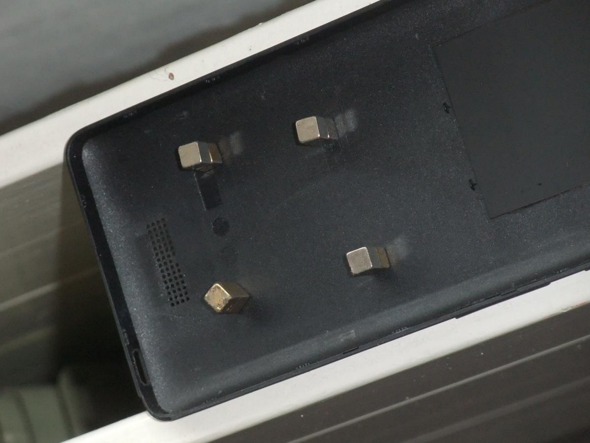 Auf der anderen Seite ist das Blech und wird durch Magnete angezogen.