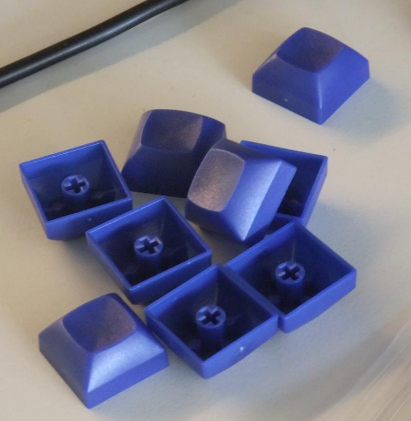 Blaue Tastenkappen für die Grundreihe.