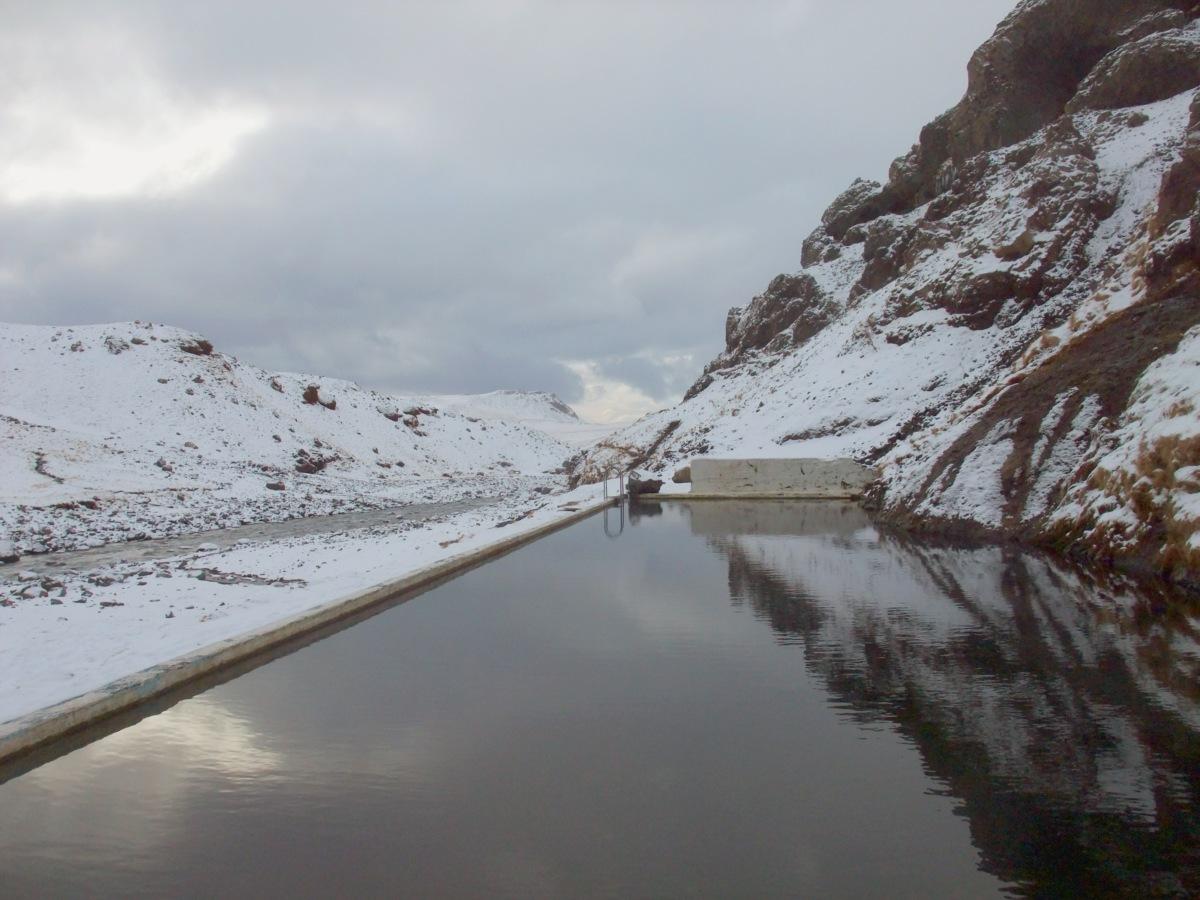 Der verlassene Pool. Heisswassereinlauf in der Bildmitte.