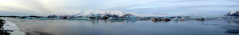 Ein Panorama der Szenerie an der Gletscherlagune.