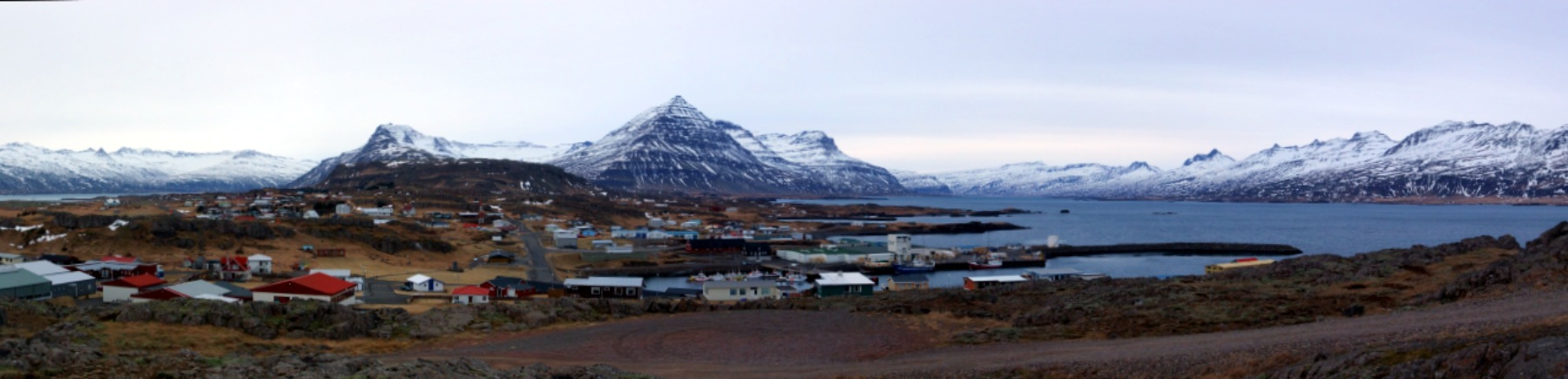 Djupivogur mit pyramidalem Berg im Hintergrund.