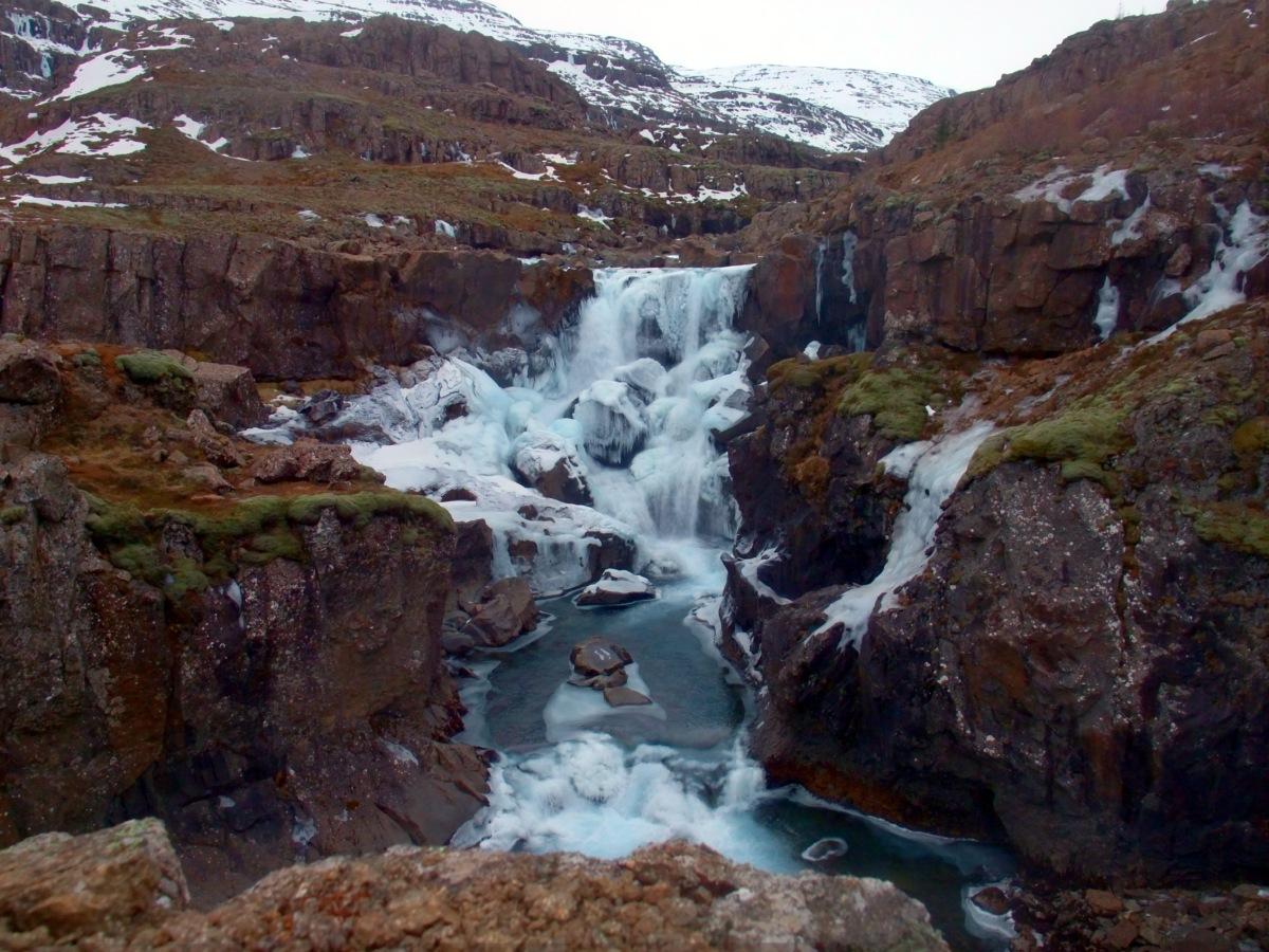 Wasserfall, teilweise vereist.