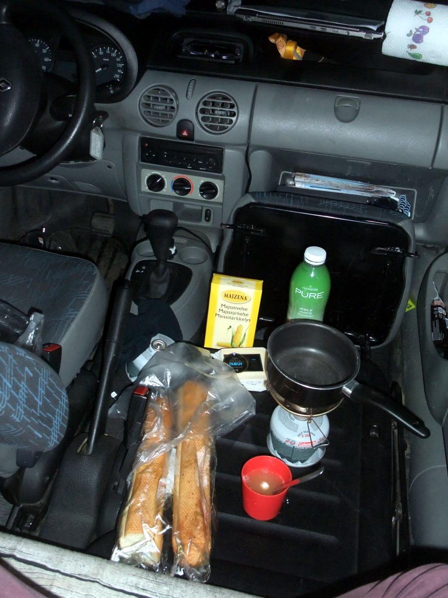 Käsefondue im Auto auf dem Gaskocher. Perfekt.