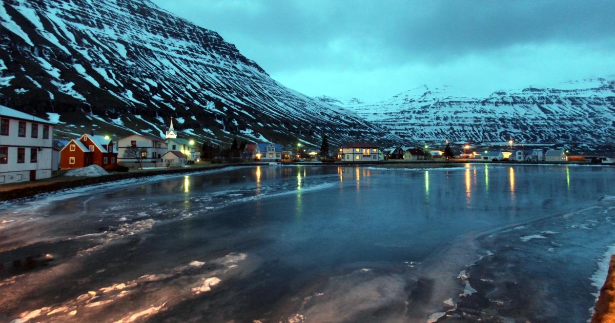 Seydisfjördur am frühen Morgen. Hafenstadt, heut ohne Fähre von den Färöern.