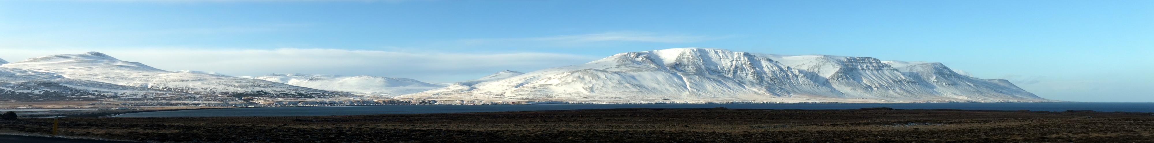 Schneebedeckte Berge bis auf Meereshöhe.