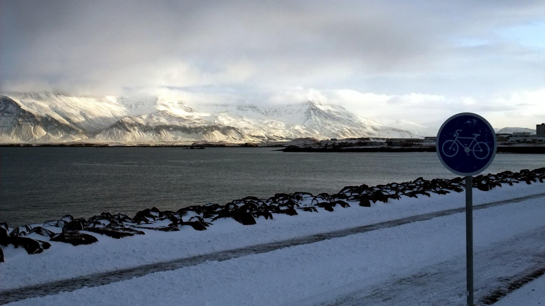 Die Küstenstrasse mit Bergblick.