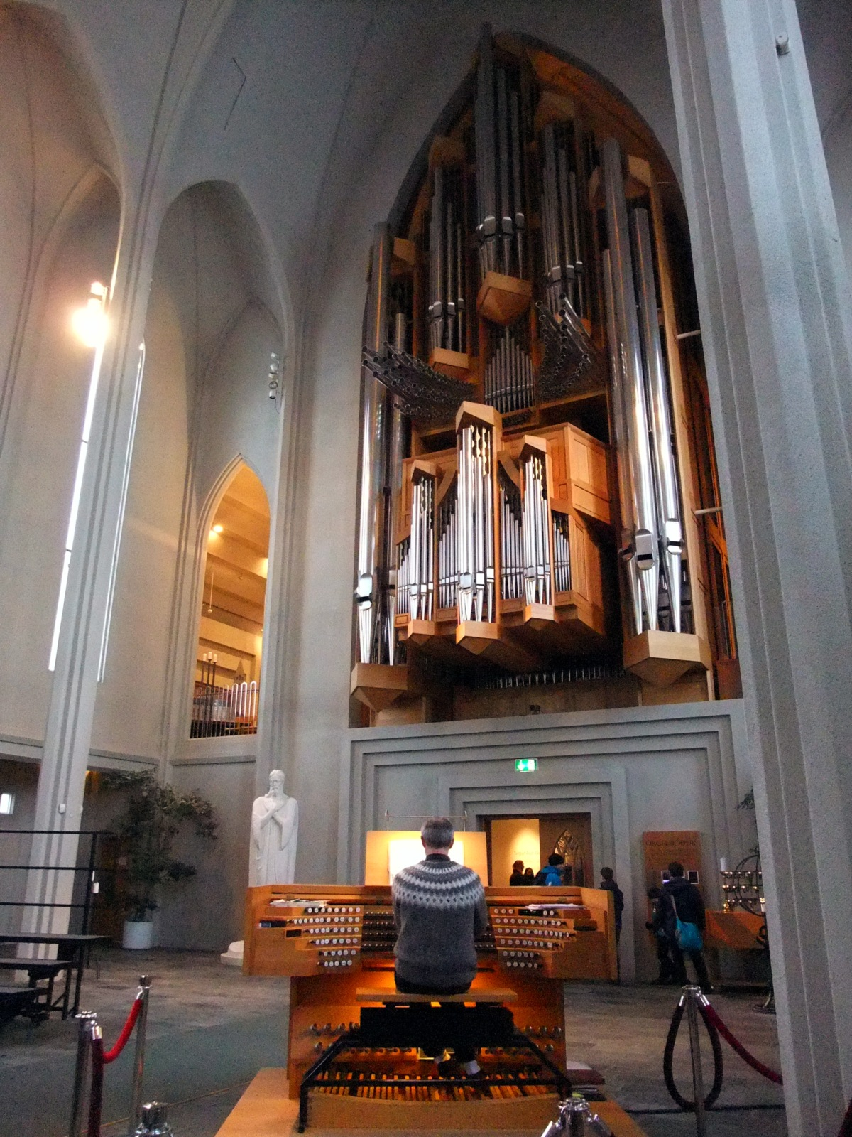 Imposante Johannes-Klais-Orgel. Viele Knöpfe für den Organisten.