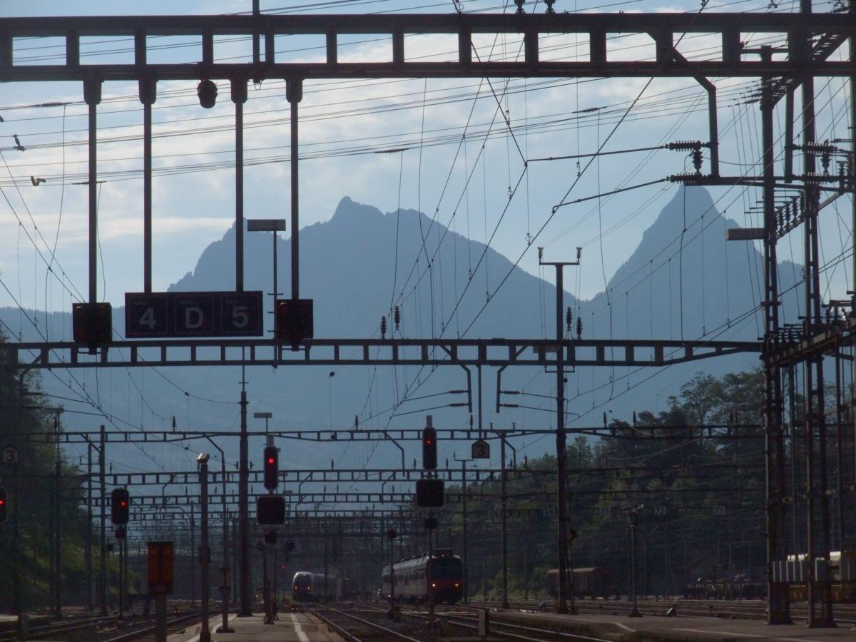 Bahnhof Arth-Goldau, im Hintergrund die zwei Mythen.