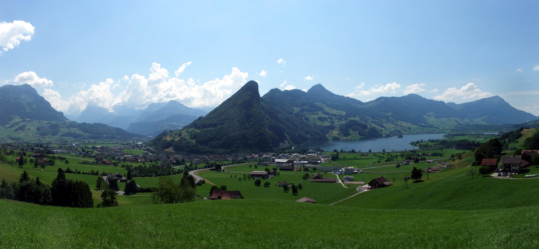 Panorama über Schwyz: links Schwyz SZ, im linken Tal dann Brunnen und der Vierwaldstättersee, rechts der Lauerzersee.