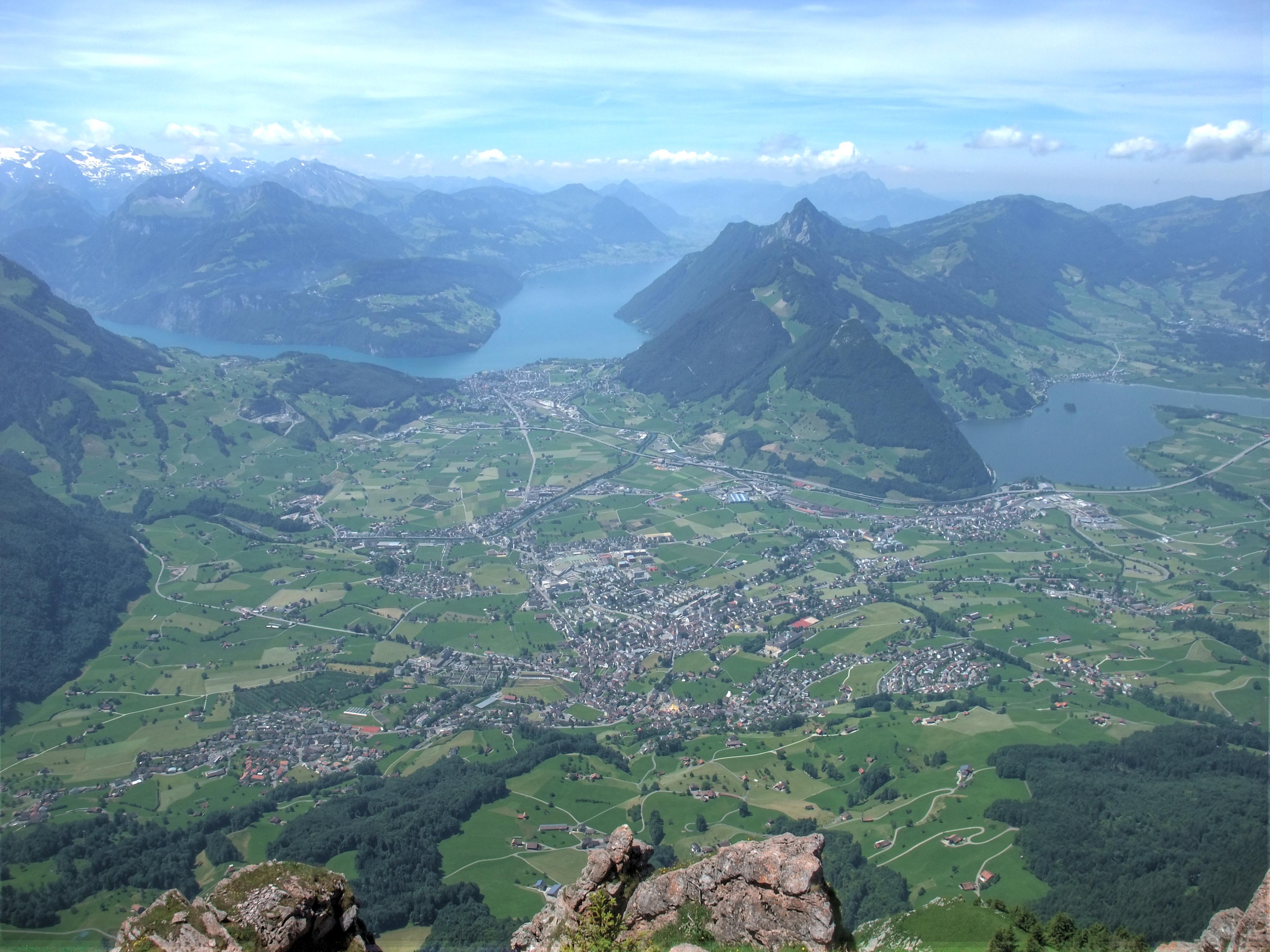 Blick vom Gipfel auf Schwyz, hinten links der Knick im Vierwaldstättersee, rechts der Lauerzersee.