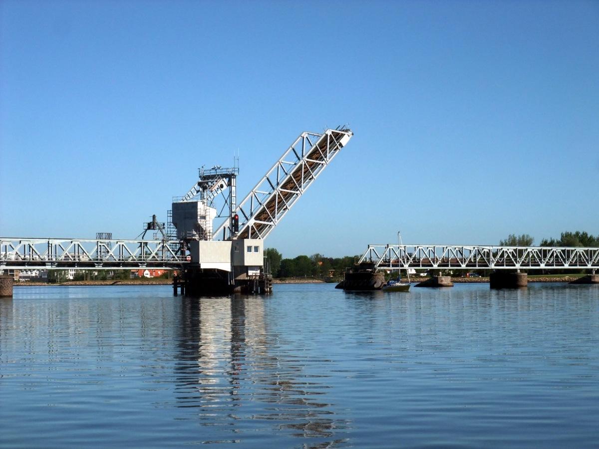Klappeisenbahnbrücke, Segelboot grad durchgefahren.