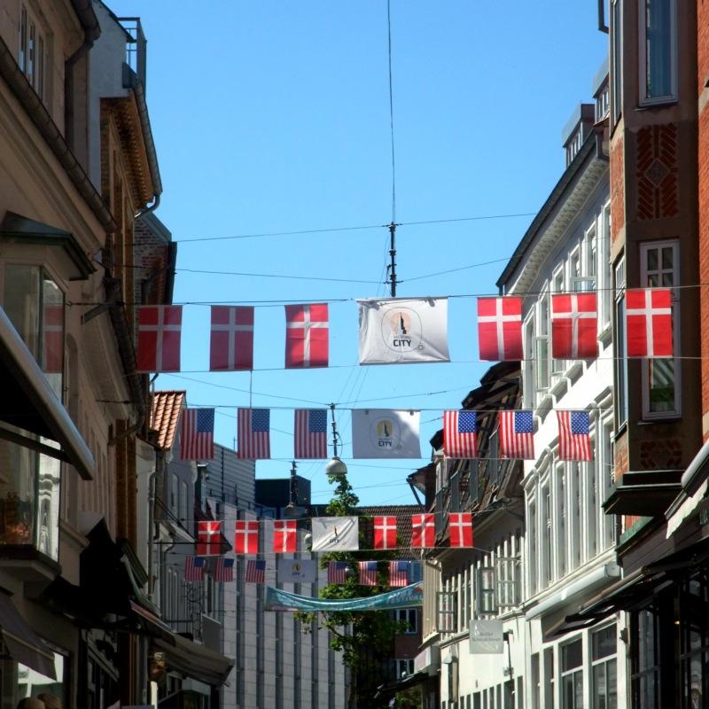 Rote Flaggen mit weissem Kreuz sind immer gut.