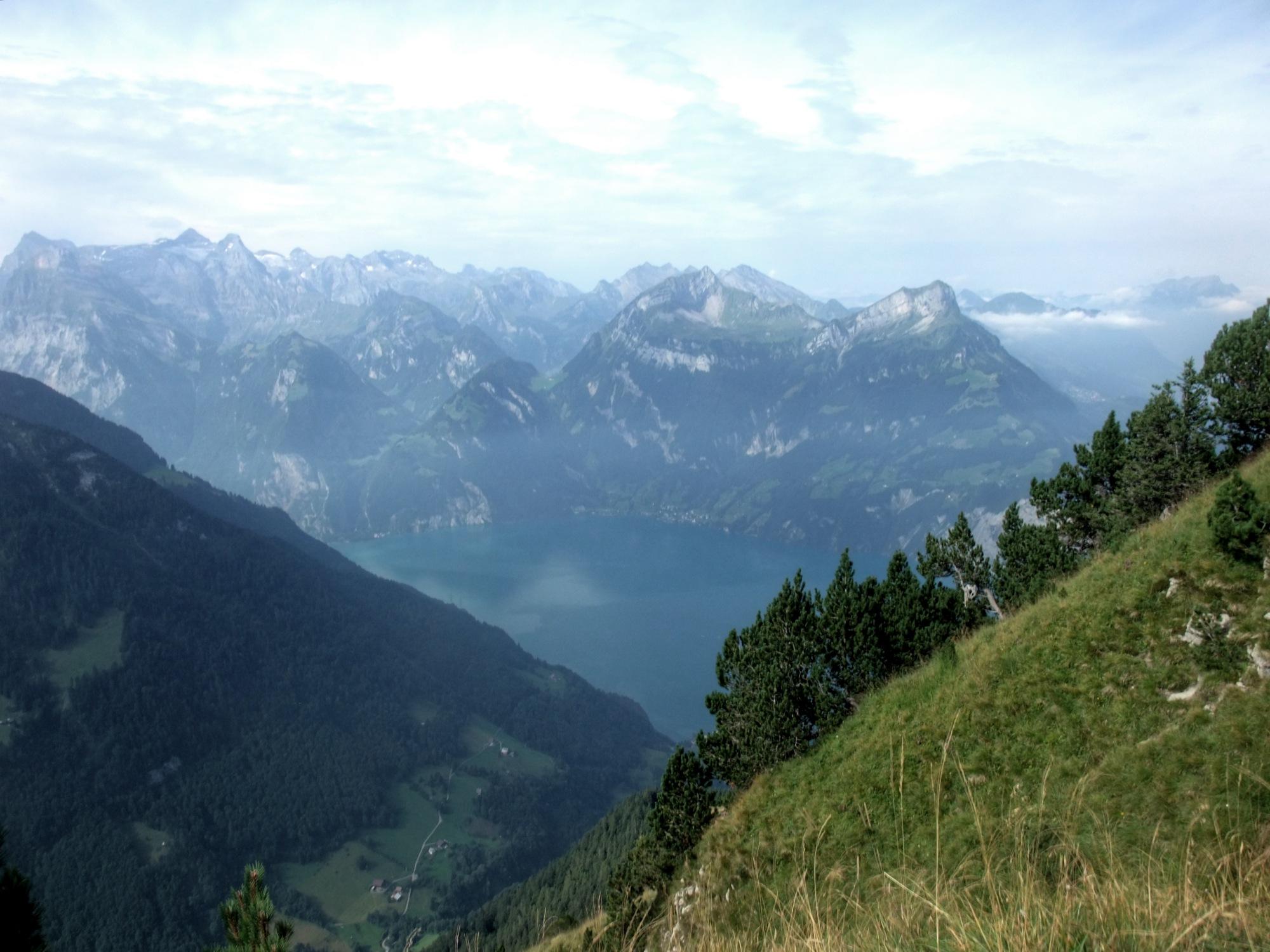 Unten der Vierwaldstättersee, gegenüber jede Menge Berge.