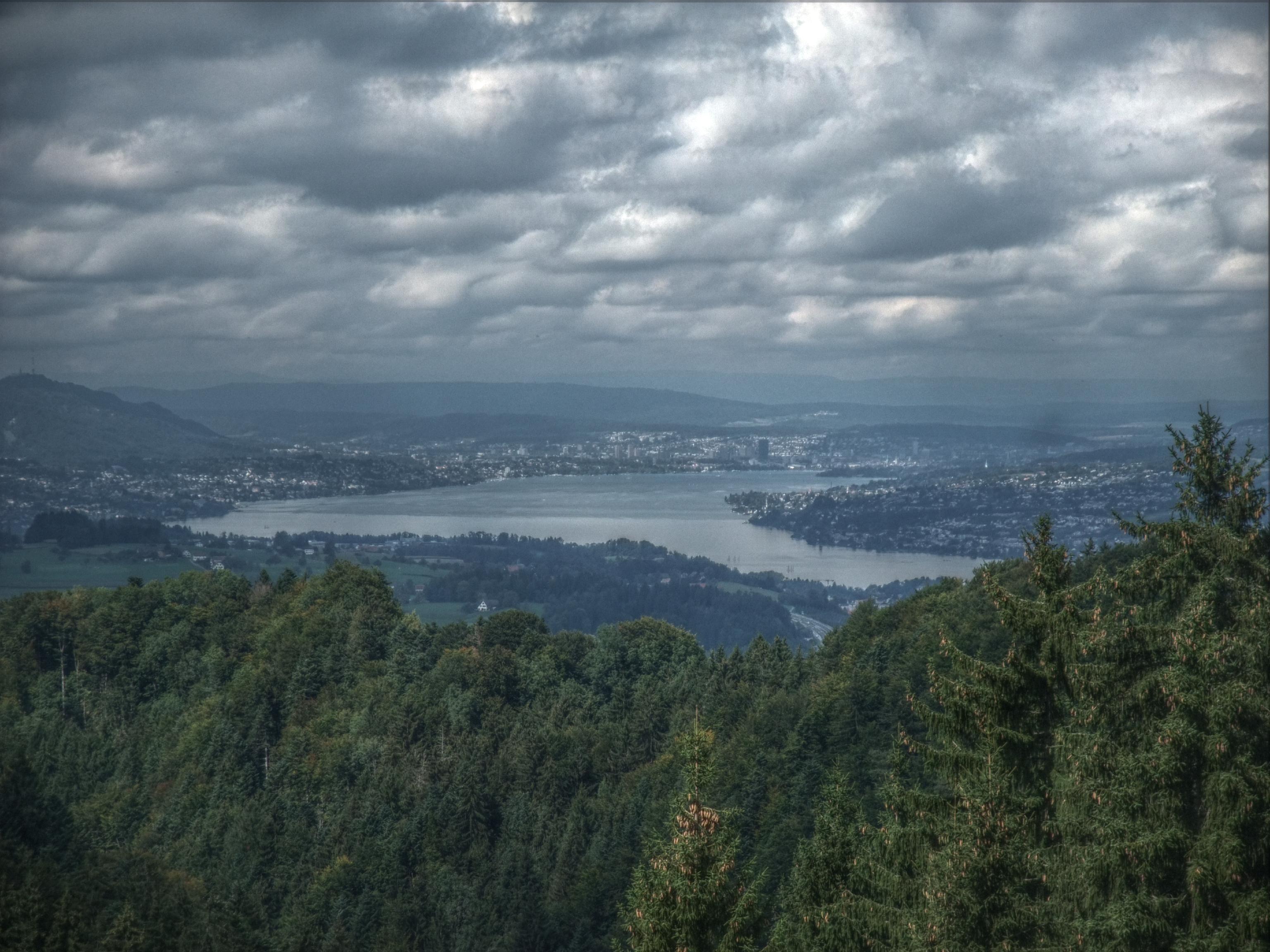 Von oben auf dem Rossberg sogar der Blick bis nach Zürich.