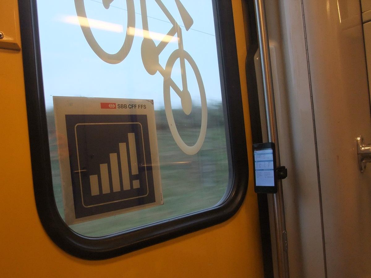 Die Smartphonehalterung vom Velo am Zug befestigt.