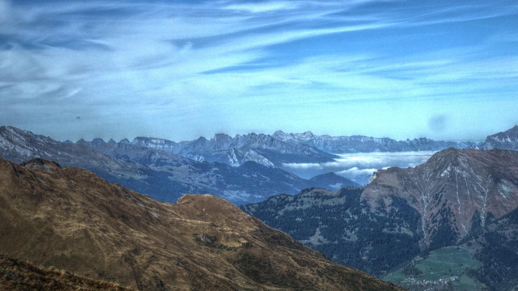 Nach der Auffahrt aufs Hörnli der Blick zum Alpstein (links die Churfirsten gut zu erkennen, rechts im Nebel das Rheintal, dazu noch ein kaputter Kamerasensor).