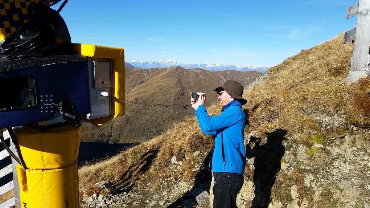 Praktisch: Schneekanone mit Steckdose für Smartphone, Raclettegrill oder Fö(h)n.