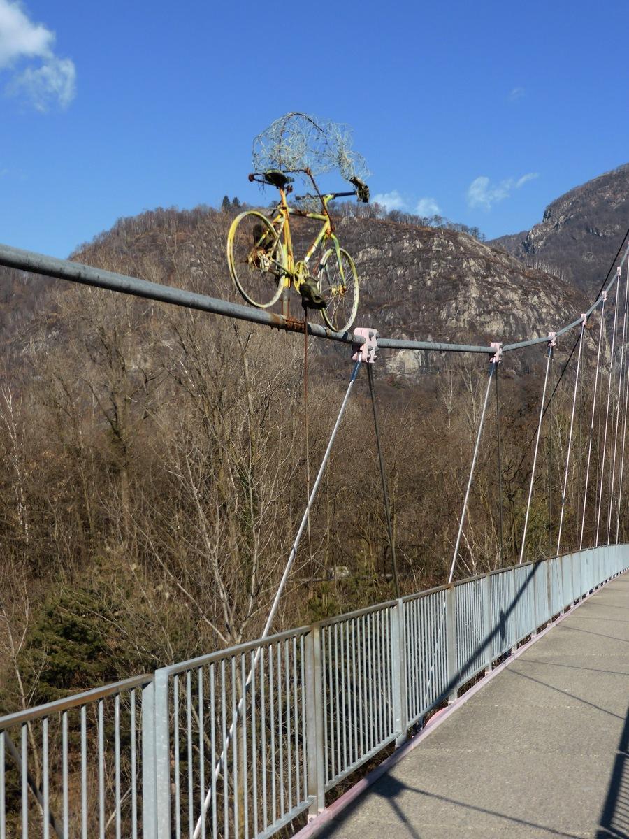 Lustiges Rennvelo auf einer Brücke über den/die Melezza.