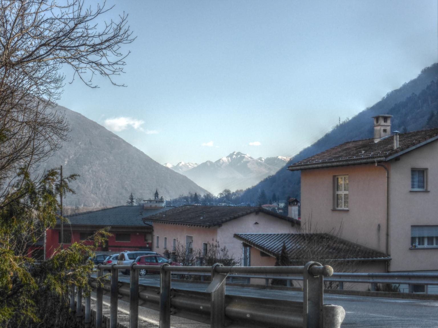 Kurz vor Intragna, im Hintergrund Berge südlich von Bellinzona.