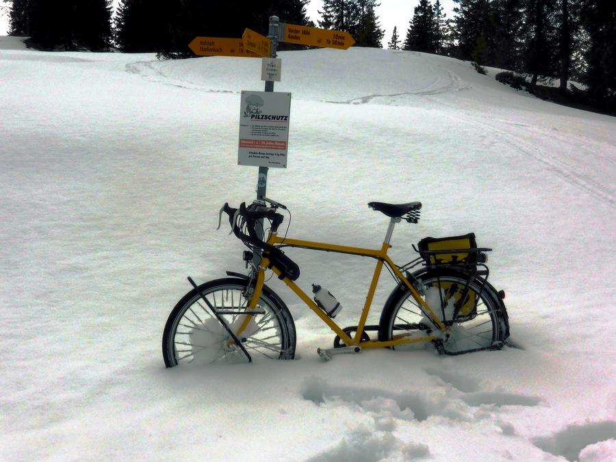 Viel Schnee. Vgl. am Creux du Van Ende März 2013.