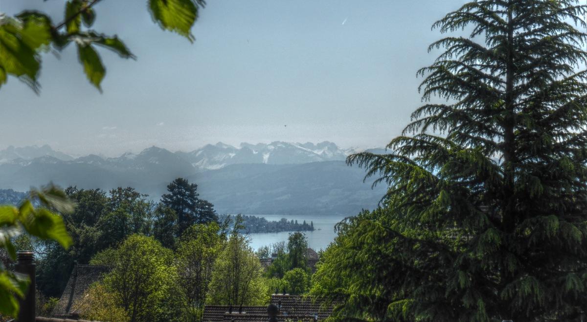 Stäfa (vermutlich) am Seeknick, hinten Innerschweizer bzw. Glarner Berge.