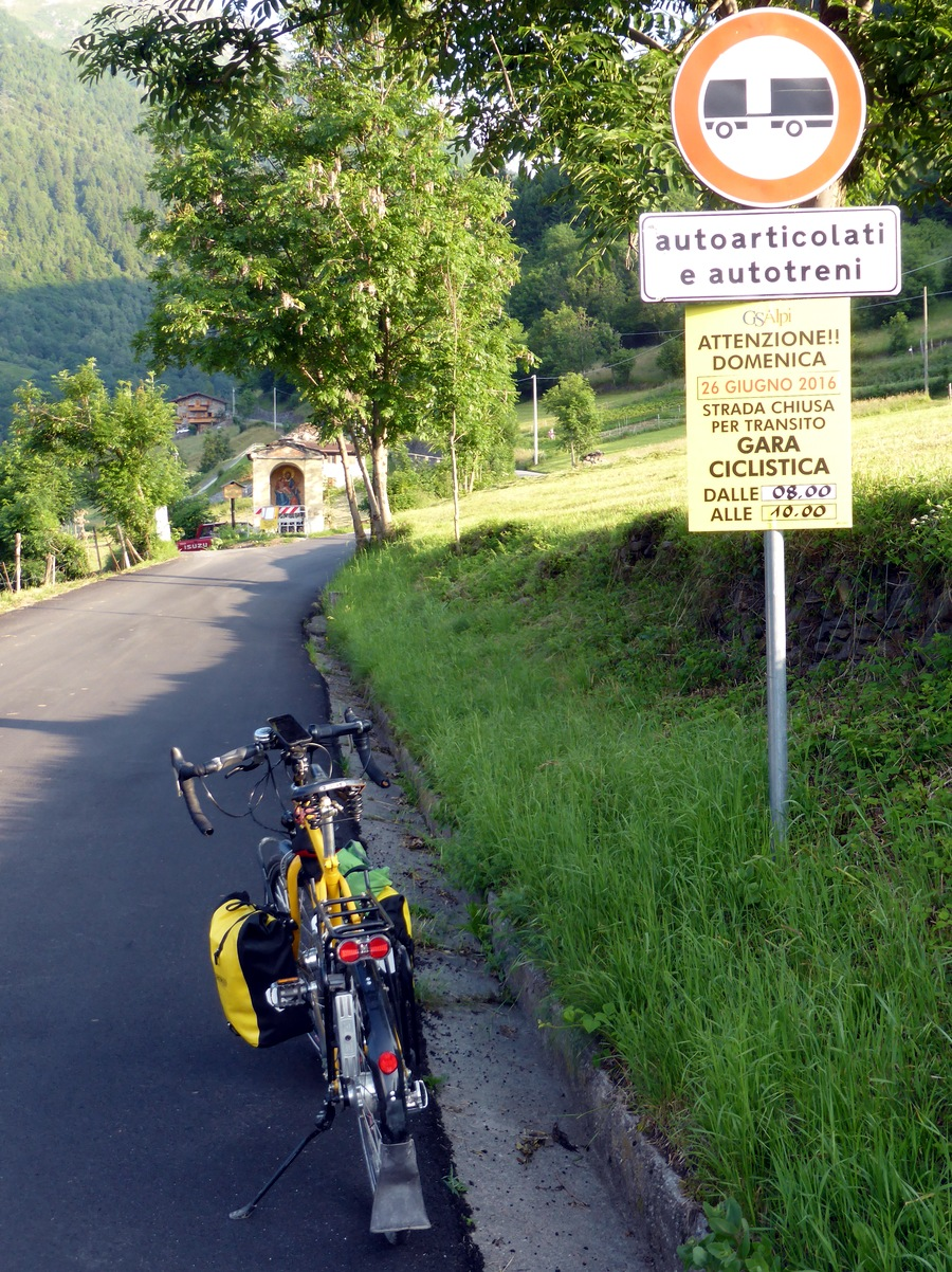 Überraschung: von 08-10 Uhr ist die Strasse gesperrt wegen eines Radrennens. Ich war gegen 07 Uhr da, glaub ich.