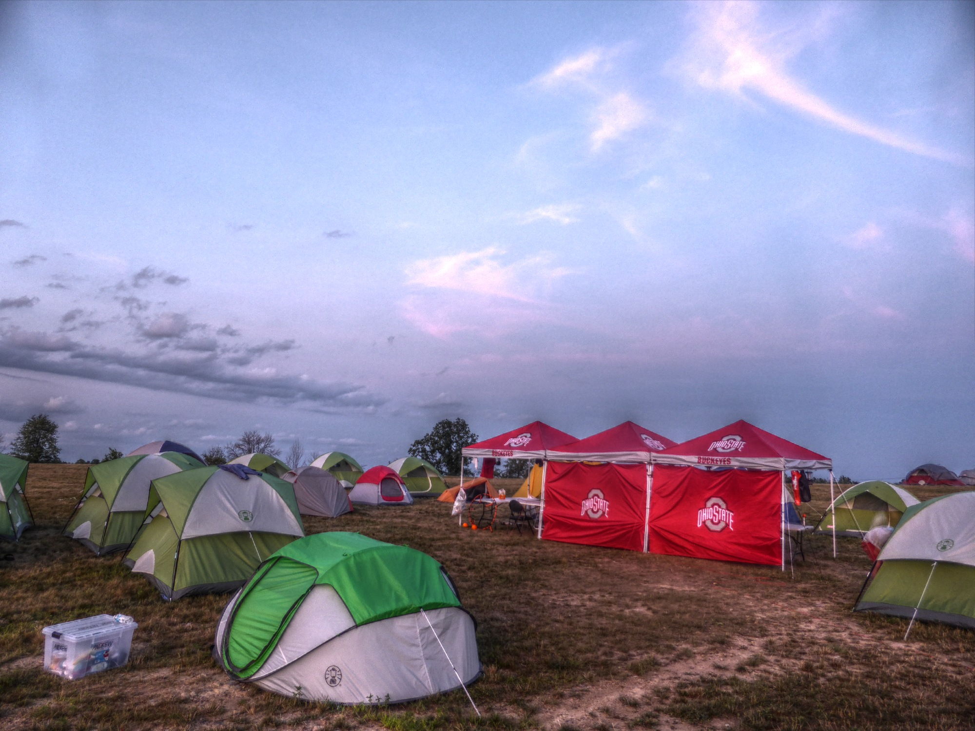 Das Zeltlager bei Sonnenuntergang.