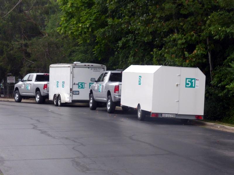 Zwei Anhänger mit Solarfahrzeugen vor dem Motel